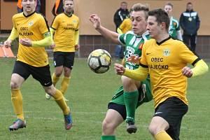 V utkání krajského přeboru fotbalistů porazila Olympia Ráječko (ve žlutém) Tatran Rousínov 2:1.