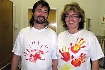 Vlastoručně vyrobená trika zdobí i dva pedagogy blanenského gymnázia.