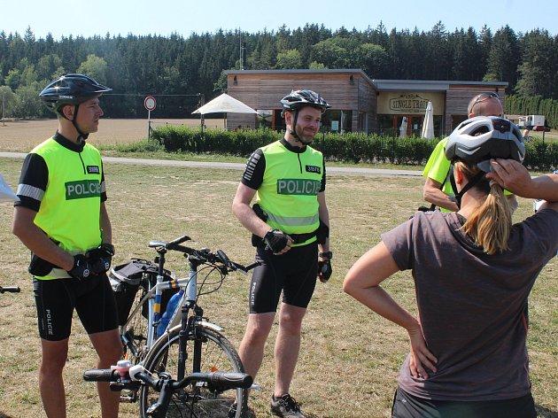 Policisté na kolech u rybníka Olšovec v Jedovnicích kontrolovali cyklisty.