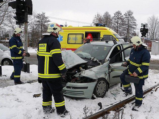 Srážka osobního auta s vlakem ve Velkých Opatovicích.