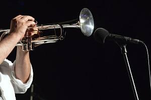 Milovníci jazzu si užijí ostré tóny trubky.