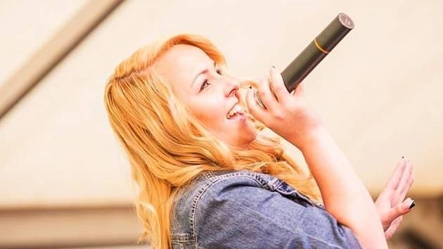 Talentovaná zpěvačka Adéla Grimová z Adamova.