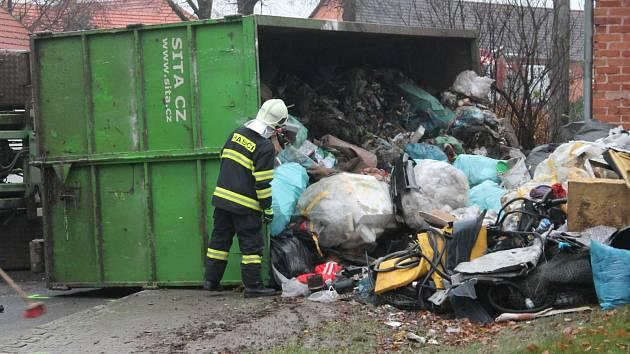 Ve Světlé se v úterý převrátilo nákladní auto s odpadem.