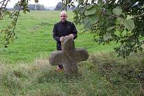 V Aši si turisté mohou vyfotografovat několik křížových kamenů. Dva z nich jsou v okolí tamního muzea. Jeden připomíná smrt ředitele.