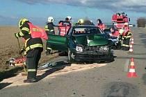 Nehoda dvou osobních aut zablokovala v neděli před polednem provoz na silnici mezi Jedovnicemi a Vilémovicemi. Zranili se při ní dva lidé.