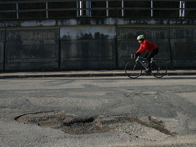 Řada silnic na Blanensku je po zimě ve velmi špatném stavu. Řidiči si musejí dát pozor na velké mnoštví výtluků.