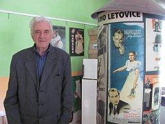 """K zajímavému koníčku přivedla Karla Hodera před mnoha lety jeho práce. """"Filmové plakáty jsem začal sbírat, když jsem dělal reklamu v kině Letovice,"""" řekl."""