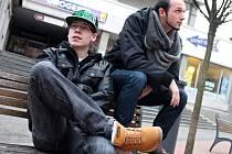 Joe Poem alias Josef Dvořák. Sedmnáctiletý student z Blanska (na fotografiích s brýlemi) a jeho o sedm let starší kamarád Vít Pořízek s uměleckým pseudonymem Max se věnují hudbě.