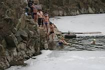 Zatopený lom v Šošůvce obsadili otužilci. Ti si v neděli odpoledne zaplavali ve vodě, která měla dva stupně.
