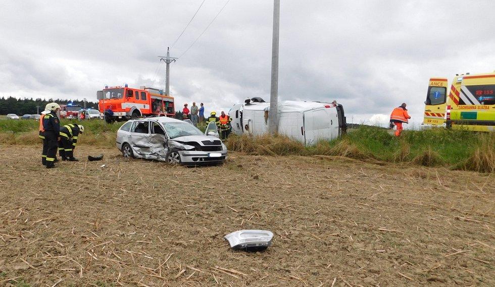 U Lipovce bourala dvě auta. Pro zraněnou spolujezdkyni přiletěl vrtulník.