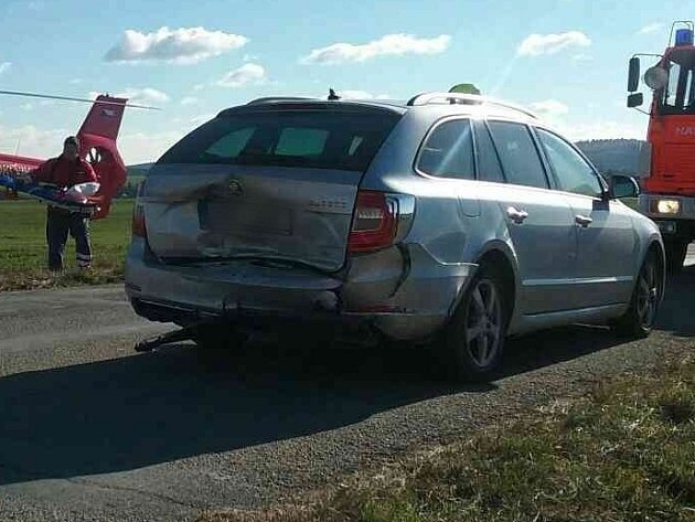 Nehoda dvou osobních aut zablokovala vneděli před polednem provoz na silnici mezi Jedovnicemi a Vilémovicemi. Zranili se při ní dva lidé.