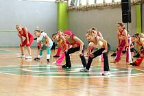 Zvládnout choreografii i fyzickou zátěž. Dívky soutěžily v aerobicu.