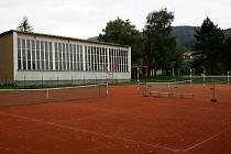 TJ Stadion Blansko připravuje projekt na stavbu montované ocelové haly s plachtou. Hala má zastřešit tři venkovní antukové kurty, které jsou v těsné blízkosti sportovní haly ASK Blansko na Sportovním ostrově Ludvíka Daňka.