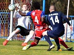 V utkání fotbalové divize prohrál HFK Třebíč (v červeném) doma s FK Blansko 0:3.
