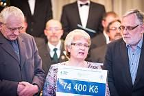 Křtinští předali ve středu večer na tamním zámku na předvánočním koncertu výtěžek z benefičního vystoupení skupiny Spirituál kvintet. Víc než čtyřiasedmdesát tisíc korun využije Oblastní charita Blansko na pomoc rodinám s dětmi, které se ocitly v nouzi.