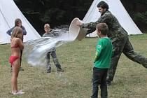 Děti ze senetářovského skautského oddílu táboří ve Vysočanech. Vedoucí pro ně připravili řadu her a soutěží. Letošní léto je tábor ve znamení pravěku. Skauti například vyráběli sošky Věstonické venuše nebo přepravovali oheň na voru po rybníku.