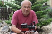 Jiří Šimkůj z Blanska s pomocí přátel a rodiny postavil před domem zahradní železnici.