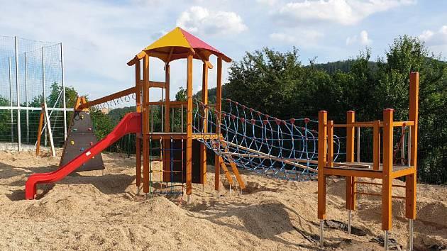 Návštěvníci adamovského koupaliště se mohou těšit na nové herní prvky na tamním hřišti. Původní byly ve špatném stavu a město je reklamovalo.