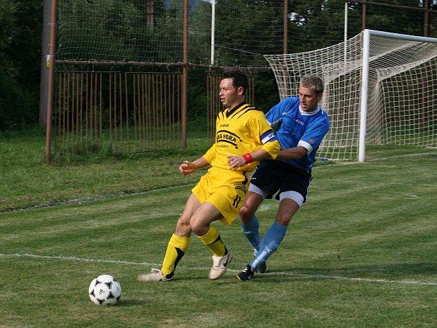 ČERNÁ HORA NA DNĚ. Fotbalisté Černé Hory jsou v I. B zralí na sestup. Na snímku černohorský útočník Ondřej Čepa (ve žlutém).