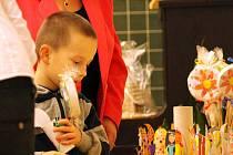 Chodby kunštátské základní školy zaplnily rodiče s malými předškoláky. Děti dorazily v doprovodu rodičů k zápisu do první třídy.