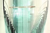 Valér Kováč ve skle vidí absolutně bílou barvu. Barvu, kterou jako začínající výtvarník chtěl zachytit na obrazech. Nepodařilo se. A tak ji našel až ve vrstveném skle.