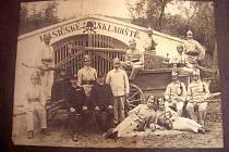 Nejstarší dochovaná fotografie sboru, patrně z přelomu 19. a 20. století, před původním hasičským skladištěm.