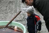 O víkendu ovládl Jedovnice tradiční výlov tamního rybníka Olšovce. Na hrázi se tak v sobotu a v neděli prodávaly čerstvé ryby. Výlov doplnil také dvoudenní jarmark.