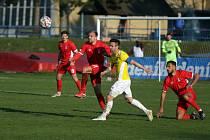 Blanenští fotbalisté (v červeném) porazili třetiligovou Jihlavu 2:1. Ilustrační foto.