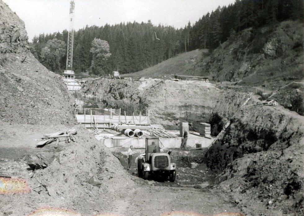 Čištění základové spáry pod základem štoly (jaro 1974).