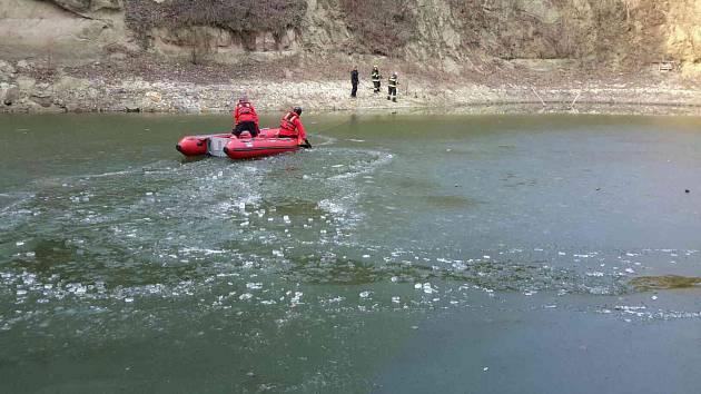 Hasiči zachraňovali muže, který se propadl pod led. Jeho psa už ale nezachránili.