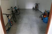 Z domu v adamovské ulici Ronovská zmizela čtyři horská kola.