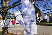 Jaro v Blansku vítají básničkami. Lidé si je natrhají na stromě.