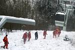 Hasiči cvičili na zasněžené lanovce.