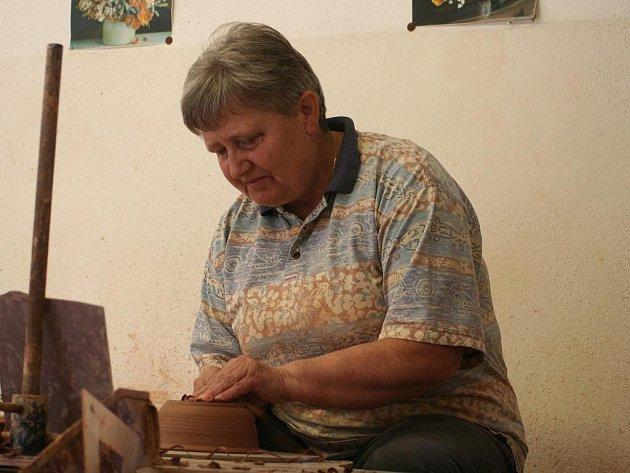 Téměř celé prázdniny pracovalo pět keramiků z kunštátského Studia Keramika na výrobě pěti set kusů misek. Na první pohled běžná zakázka byla pro pracovníky malé dílny něčím naprosto výjimečným. Pod rukama jim totiž vznikaly eucharistické misky pro papeže.