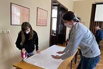 Členky svitáveckého ochotnického souboru se pustily do šití roušek. Foto: archiv městyse