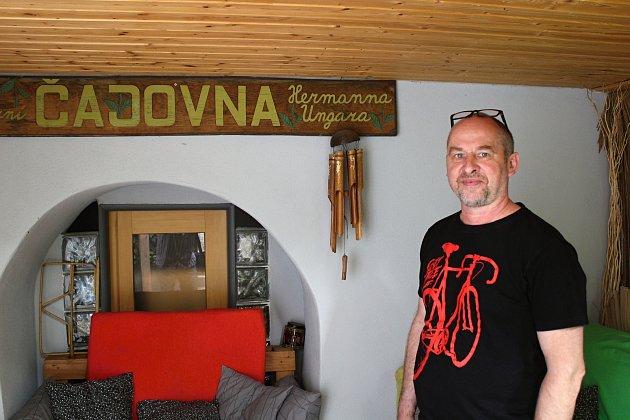 Václav Cikán na dvorku čajovny.