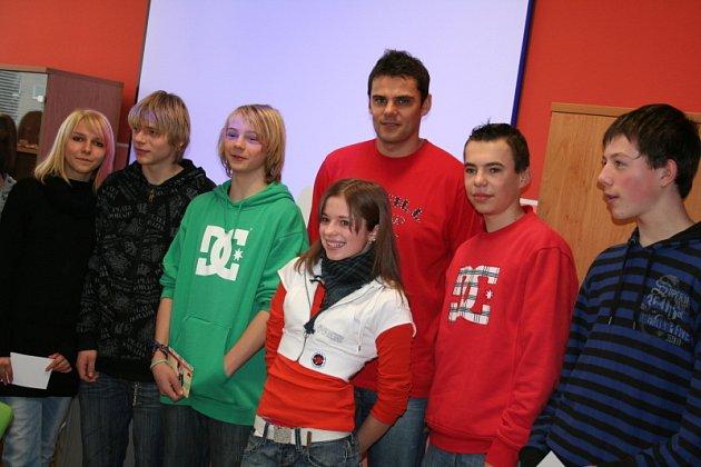 Olympijský vítěz David Kostelecký navštívil jednu z blanenskych škol.
