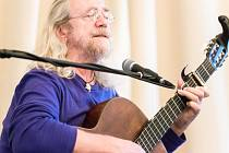 Písničky, vyprávění, básně. Páteční večer patřil v sále křtinského zámku českému folkovému písničkáři Jaroslavu Hutkovi.