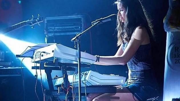 Osmnáctiletá Romana Staníčková z Boskovic okouzlila publikum v talentové soutěži RH Faktor. Jde svou cestou a píše si vlastní písničky.