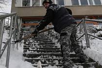 Adamovské ulice zasypal ve čtvrtek sníh. Stejně jako ostatní části Blanenska. Pracovníci úklidové čety byli v pohotovosti od čtyř hodin od rána. Jako první prohrnovali cesty k vlakovému nádraží.