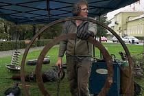 Výtěžek z dražby soch ze železného šrotu pomůže blanenskému divadlu Kolárka.