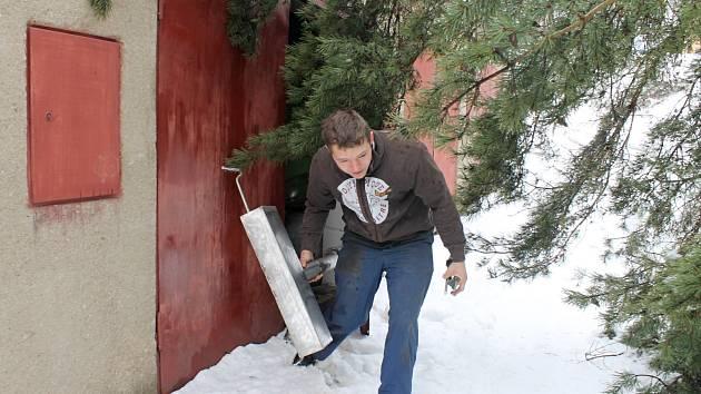 Mezi stromy, které nevydržely vrstvu těžkého mokrého sněhu a vyvrátily se z podmáčené půdy, byla i borovice v části Staré Blansko. Ta pravděpodobně v úterý k ránu spadla přes cestu a položila se na protilehlé garáže.