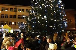 Náměstí v Blansku zdobí od pátečního večera rozsvícený strom jako symbol vánoc.