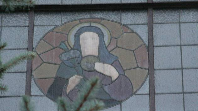 Hned po postavení borotínského kostela tam věřící na bohoslužby nepřicházeli. Zřítila se na něj totiž věž. Mše začali uvnitř svatostánku sloužit až po necelých dvaceti letech. Příští rok čekají kostel opravy za pět milionů korun.