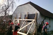 V Těchově na Blanensku se zřítil roh přístavku rodinného domu.