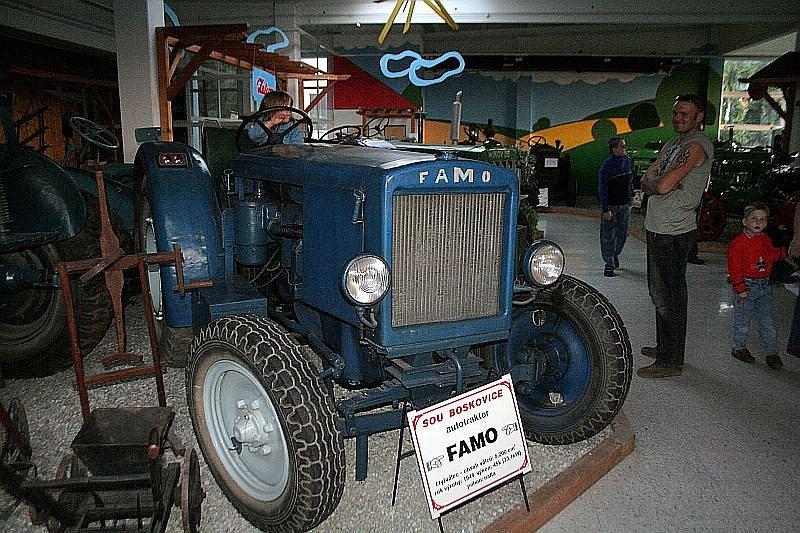 Smyslem sobotní muzejní noci bylo přiblížit lidem vystavované předměty trochu jiným způsobem, v jiném světle a v jiné atmosféře. Proto bylo otevřeno až do setmění. Téměř každý vystavený traktor zdobila svíčka nebo červené blikající světlo.