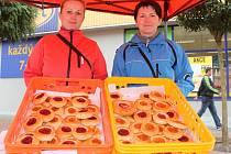 Kdo si koupil koláč, přispěl na domácí hospicovou péči. Akci Koláč pro domácí hospic pořádala Oblastní charita Blansko už pošesté.