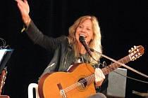 Zpěvačka a kytaristka Lenka Filipová koncertovala v pondělí večer v Zámeckém skleníku v Boskovicích.