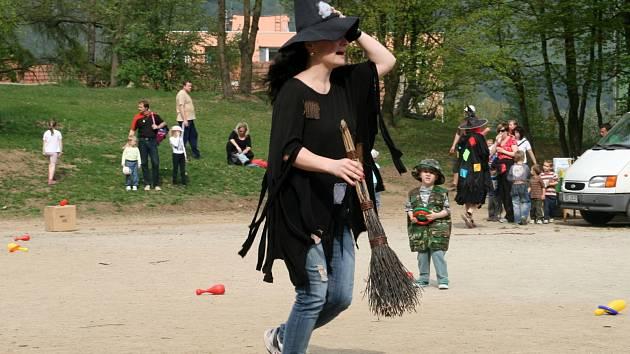 Městský klub mládeže Adamov připravil pro děti na hřišti u základní školy v ulici Ronovská odpoledne plné her a soutěží. S táborákem.