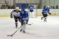 Hokejisté Minervy Boskovice (v bílém) porazili v krajské lize Dynamiters Blansko 3:2.